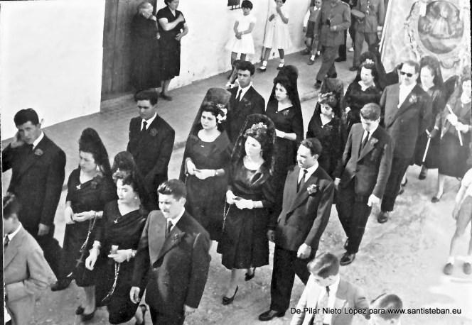 Mayordomía 1958/1959 al completo, en el traslado del cuadro. No podemos precisar si corresponde al sábado víspera de Pentcostés, trasladándose a la Ermita de El Ejido, o bien el lunes después de Pentecostés, trasladándose a Santa María.