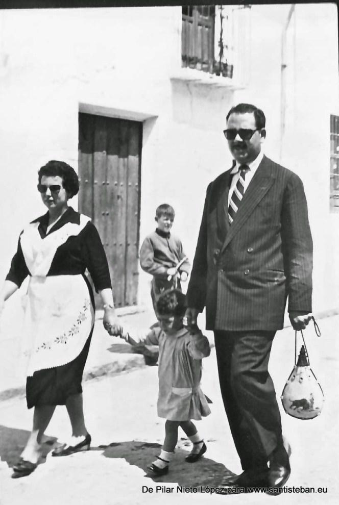 """Los comisarios Pedro Mercado y Concepción Nieto, posiblemente en la recogida del pan de """"la Caridad"""" -""""fiesta de las canastas""""- que tiene lugar en el preludio de las fiestas de Pentecostés."""