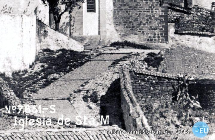 Solar en la calle Santa María referido en el acta anterior, propiedad de los hermanos Sanjuán Sanjuán y donado por Dª Dolores y la viuda de su hermano D. Mariano. La fotografía es el detalle ampliado de una postal de 1915.