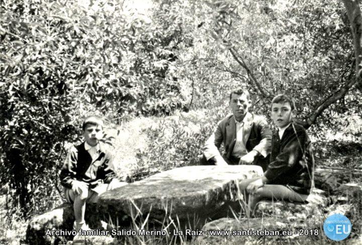 Mi abuelo Pedro Salido con mi tío y mi padre, Pedro y Luis Salido en el merendero de piedra de la Cuesta de los Almendros, donde en otros tiempos solía merendar Doña Lola Sanjuán. Fotografía de mi tío Juan Merino Soria, década de los 60.