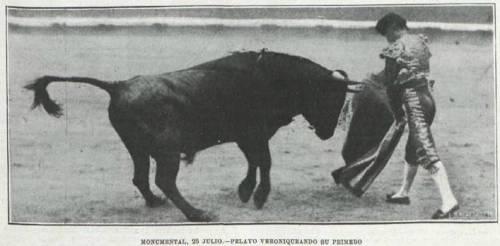 """""""Pelayo"""" veroniqueando a su primer toro, de Herreros Manjón, corrida del 25 de julio de 1916 en Barcelona, de Toros y Toreros, número del 22 de agosto de 1916"""
