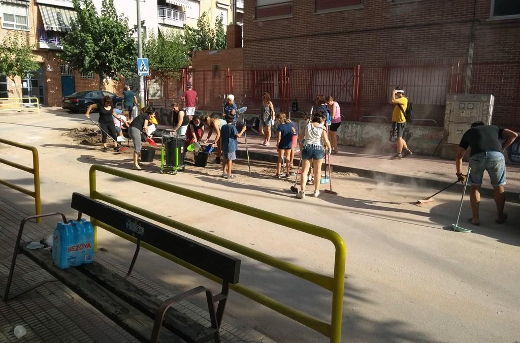 Vecinos limpian las calles de Santo Ángel