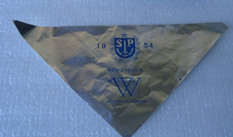 Triângulos de papel jogados de aviões na festa do IV Centenário.