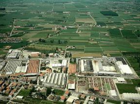 Italia . La zona industriale di Cento, in provincia di Ferrara.De Agostini Picture Library/Pubbli Aer Foto