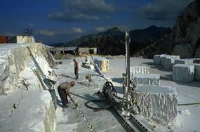 Italia . Una cava di marmo nelle Alpi Apuane, in Toscana.De Agostini Picture Library/A. Vergani