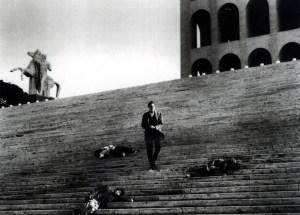 """Una scena del film """"L'ultimo uomo della Terra"""" di Umberto Ragona, in prossimità del Colosseo quadrato di Roma"""