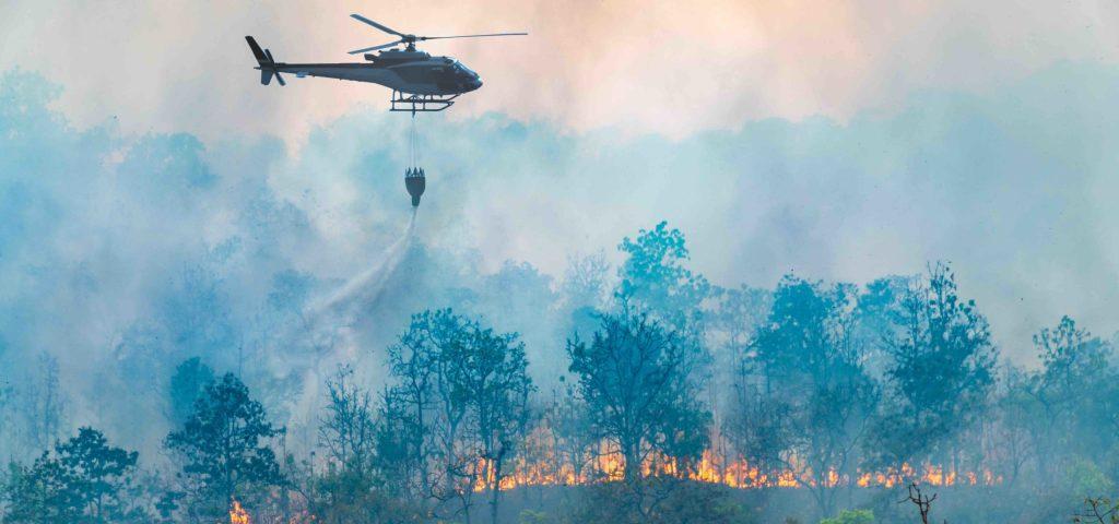 Un elicottero in azione durante un incendio
