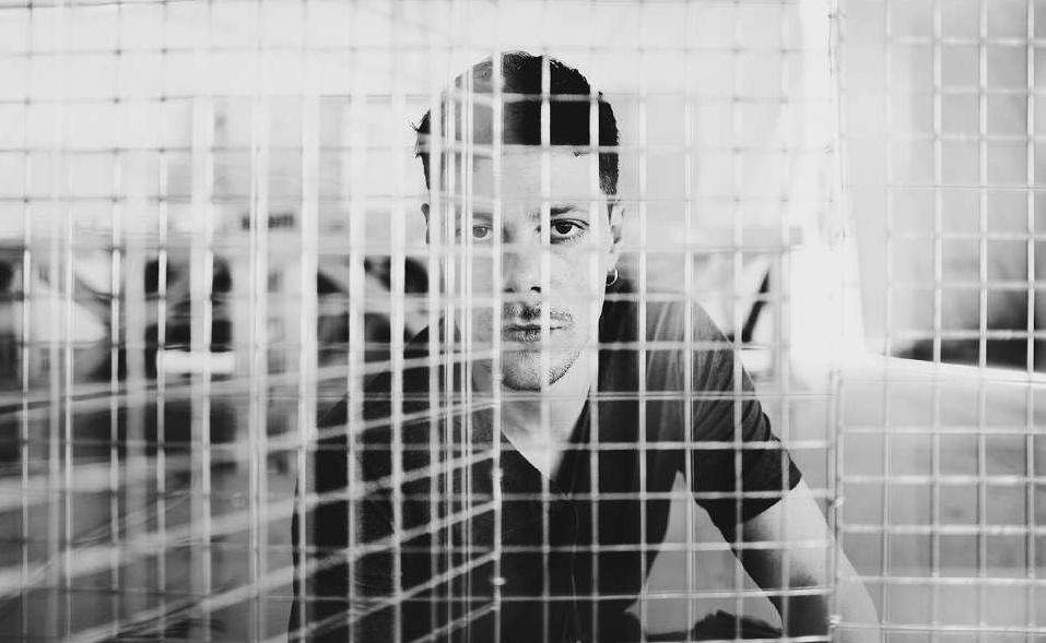 Un ritratto di Edoardo Tresoldi dietro una delle sue reti metalliche (Foto: Roberto Conte)