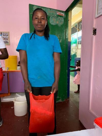 Un'altra mamma di Hands of Love con il cibo distribuito dalla scuola