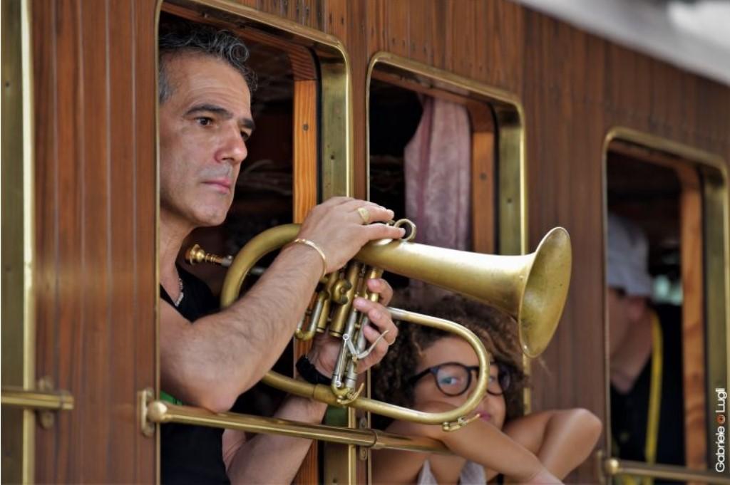 Il jazzista Paolo Fresu a bordo del treno