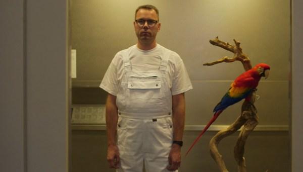 """Un fotogramma del film """"The second life"""", con il protagonista accanto ad un pappagallo impagliato"""
