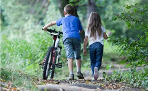 Bambini in un bosco