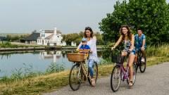 Un gruppo di persone esplora in bici il Parco del Delta del Po