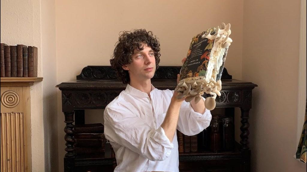 Lo scrittore e biologo Merlin Sheldrake