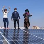 Mariateresa Imparato di Legambiente, Anna Riccardi delle Figlie di Maria e Illuminato Bonsignore, dell'azienda istallatrice 3e sul tetto fotovoltaico