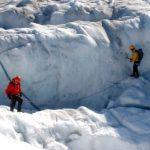 Due scienziati su un ghiacciaio