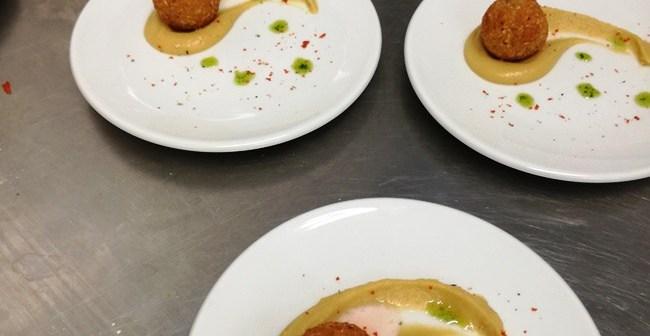 Polpette di pesce in crema di ceci alla colatura