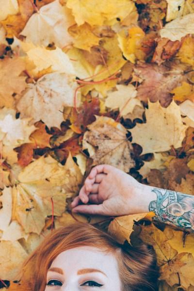 Herbstfoto Bodyparts Detailfoto Arm TattooKörperteil