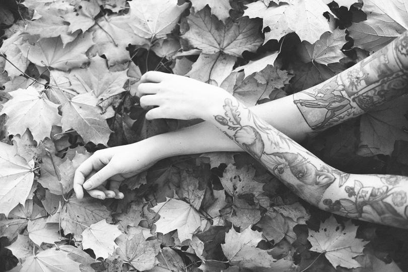 Herbstfoto Bodyparts Arme Tattoo Detailfoto Körperteil