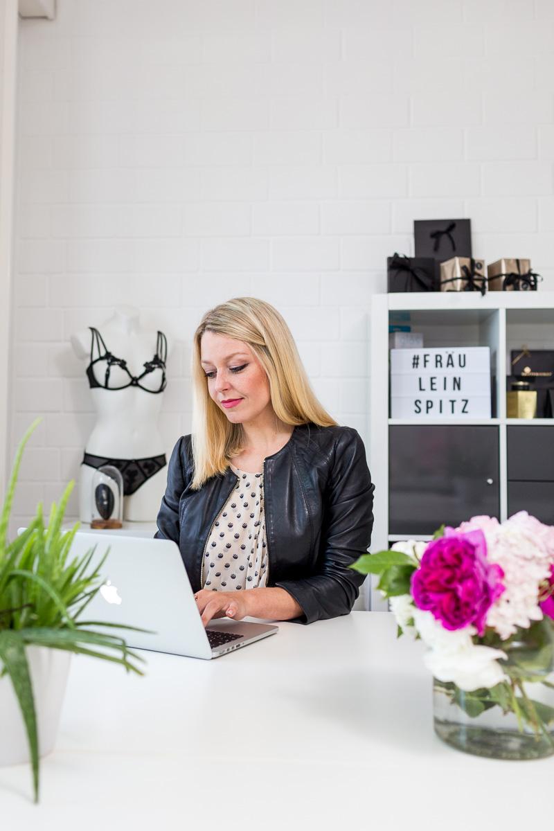 Imagefoto Frau am Schreibtisch am Laptop