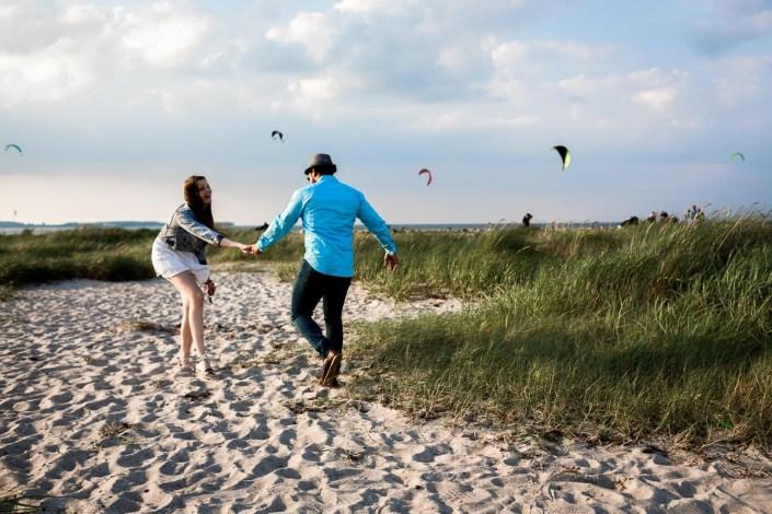 Manntanzt mit Frau Strand Kuss Kitesurfer