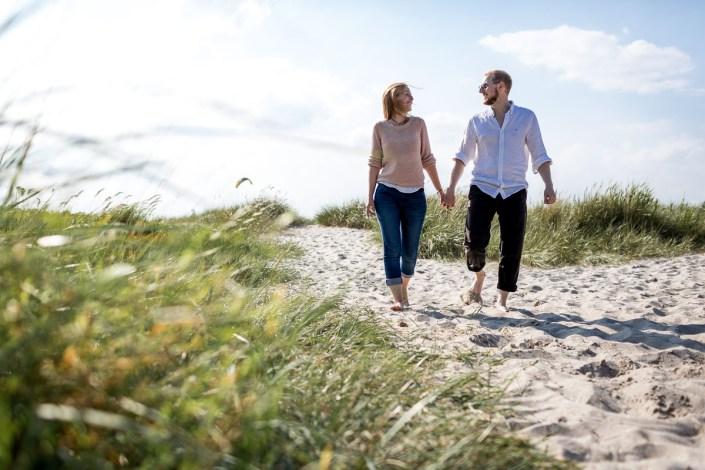 Mann und Frau Halten Hand Strand Düne Laboe Paarshooting