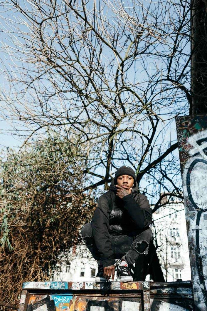 Rapper Hamburg Portraitfoto outdoor Sternschanze Männerportrait Black