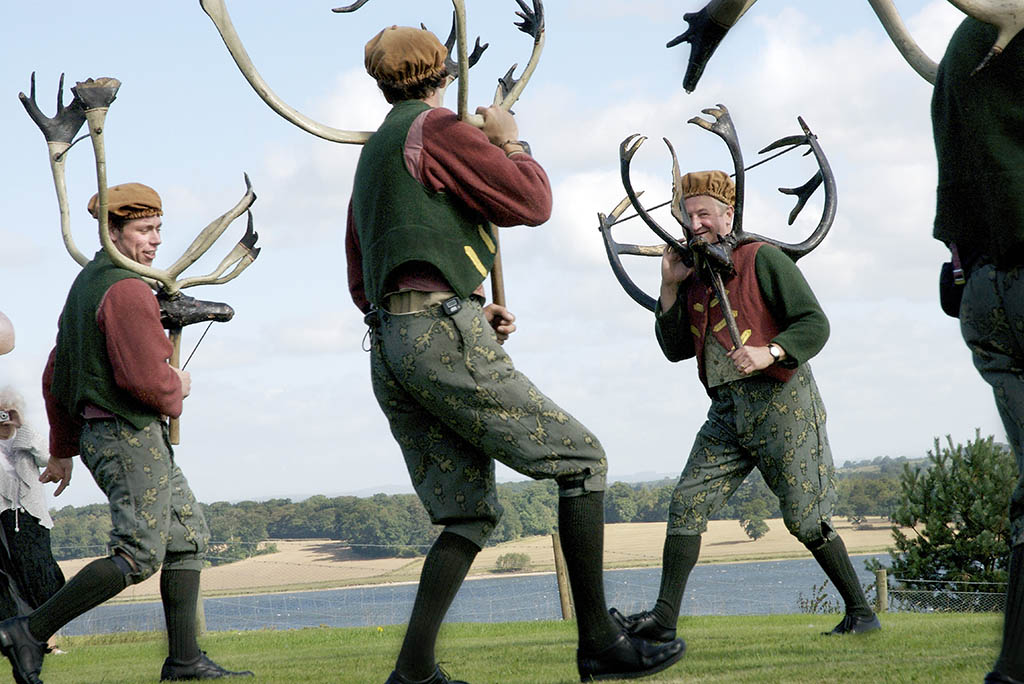 https://i0.wp.com/www.sarahannant.com/wp-content/uploads/2015/08/Abbots-Bromley-Horn-Dancers-performing-on-a-local-farm-Staffordshire1.jpg