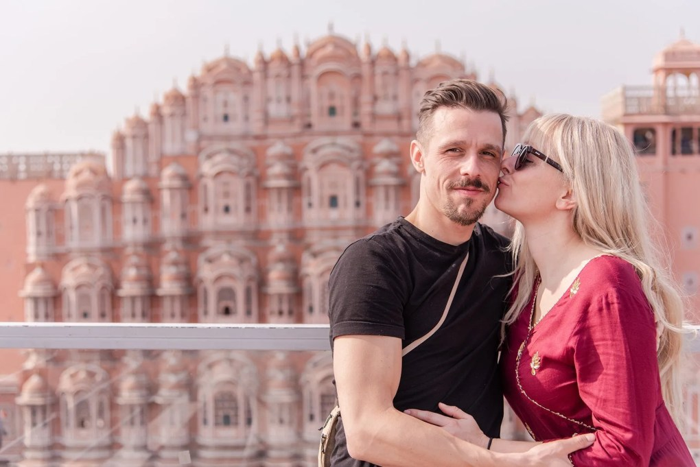couple kissing in front of Hala Mahal in Jaipur India