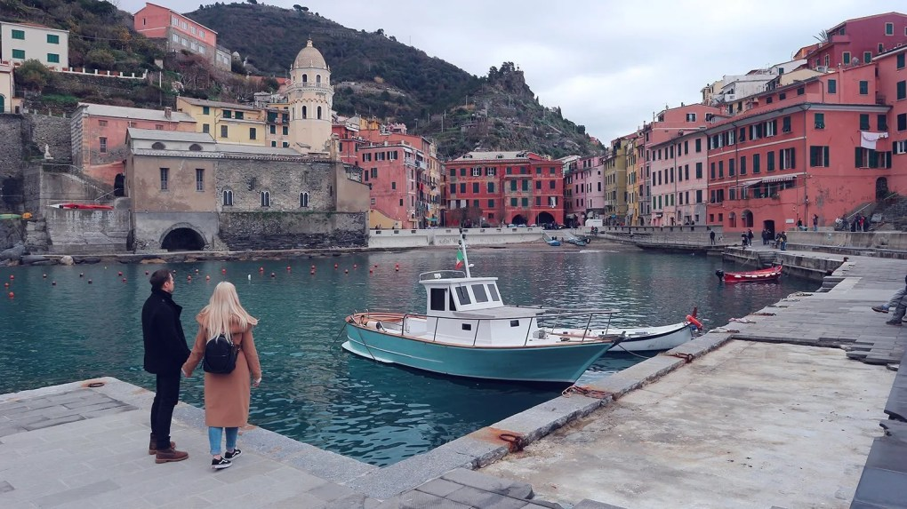 couple admiring the harbour of Vernazza in Cinque Terre