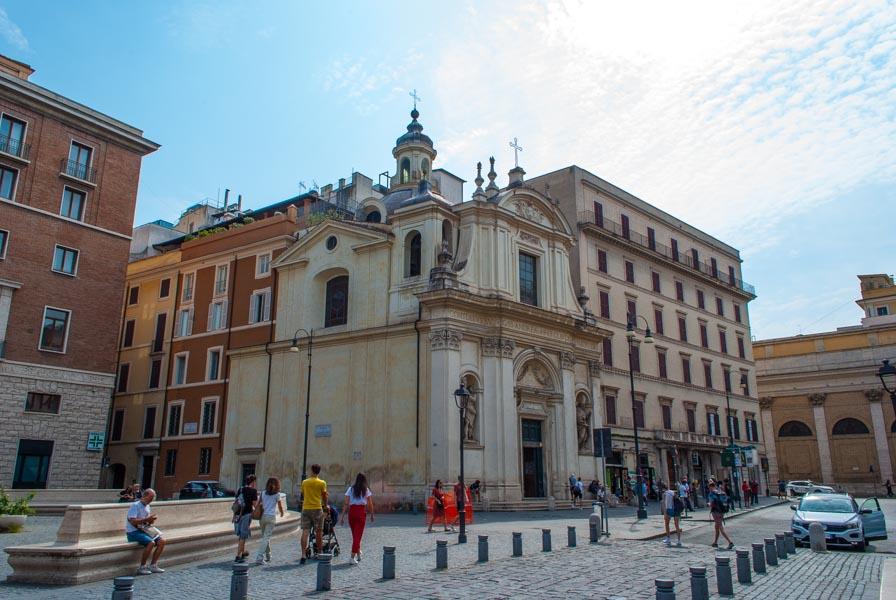 Chiesa Santi Claudio e Andrea dei Borgognoni piazza san silvestro