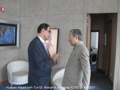 Hussain najadi bersama Tun Dr Mahathir – seorang pengusaha bank yang telah bekerjasama dengan golongan pemerintah Malaysia selama beberapa abad