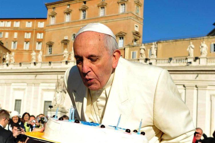 MdT:  17 dicembre, compleanno di papa Francesco, ovvero auguri postumi (di Alba Rosa Galleri)