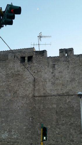 L'antenna sulle mura (di Cosimo Filigheddu)