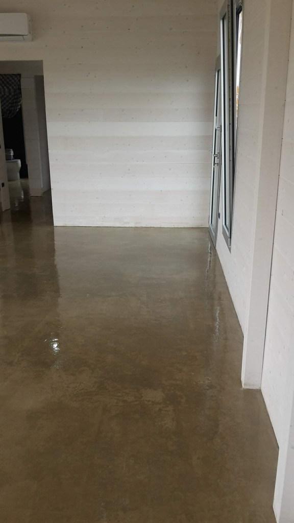 Pavimento soggiorno in microcemento _ microtopping presso abitazione in Villacidro