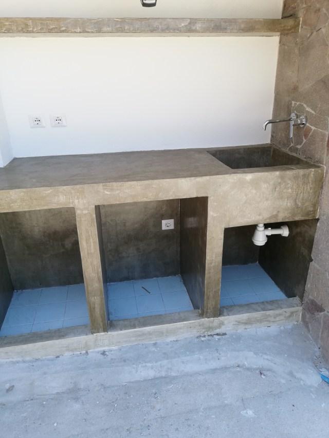 Lavello e piano lavoro in microcemento realizzato a Torre Dei Corsari