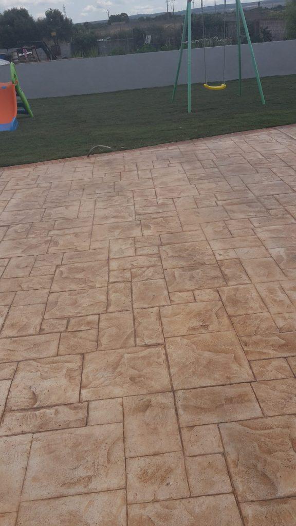 Pavimento in cemento stampato ardesia color Oak realizzato a Bosa