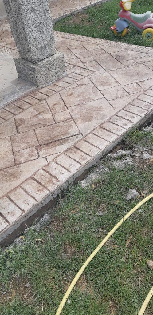 Cemento stampato bianco e marroncino chiaro cantiere di San vero Milis
