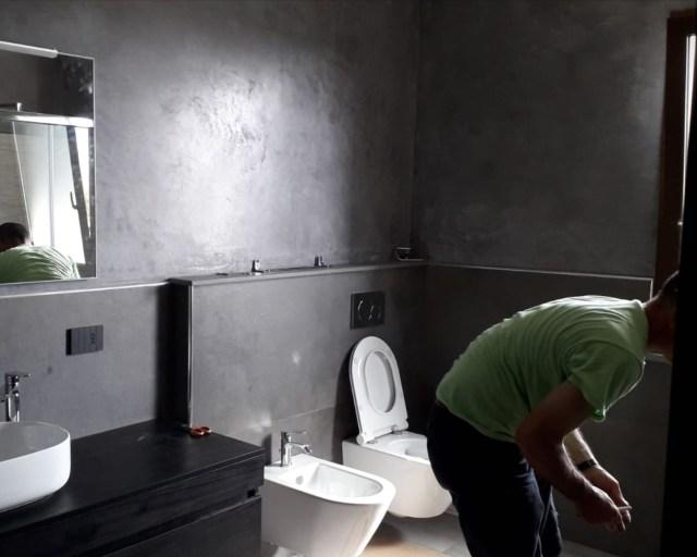Parete bagno in microcemento color antracite presso abitazione in Tramatza - Oristano
