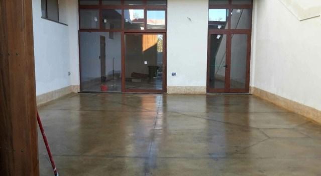 Pavimento industriale con finitura ad acido colorato presso abitazione in Zerfaliu