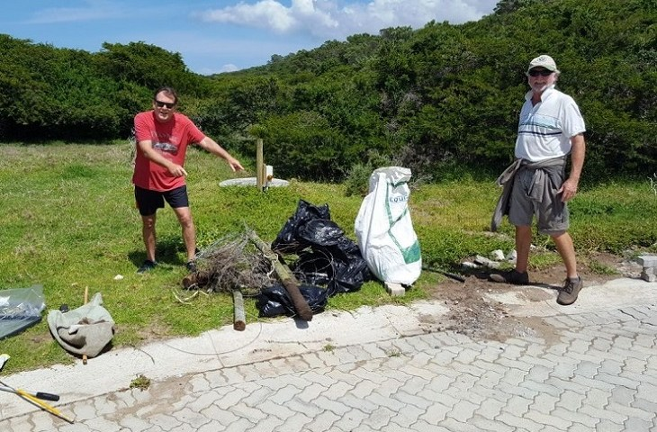 Stef Zanchi, left, and Peter Wilson were among the Sardinia Bay Golf and Wildlife Estate residents who got together for a spirited cleaning operation.