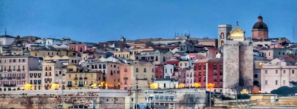 Dieses Bild hat ein leeres Alt-Attribut. Der Dateiname ist Cagliari-Foto-Enrico-Napoleone-1024x376.jpg