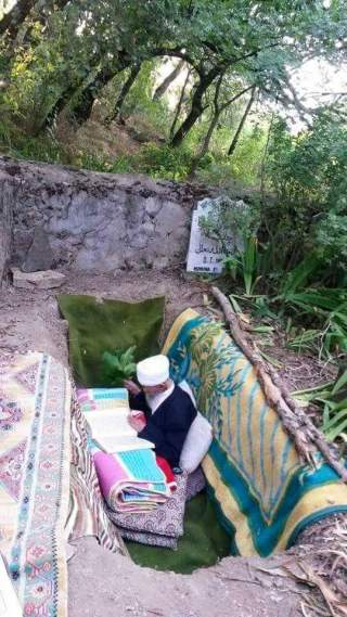 Ngaji di kuburanya sendiri