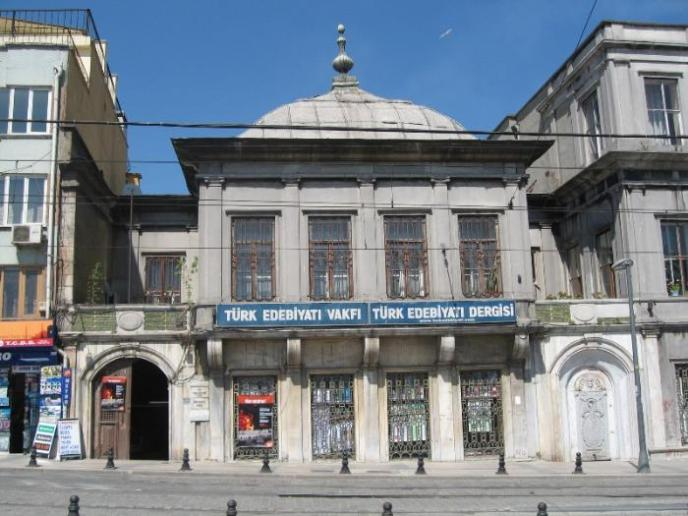 Giriş kapısındaki Osmanlı tuğrası kazınmıştır