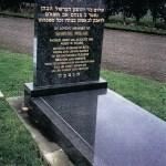 gravestone with hebrew text