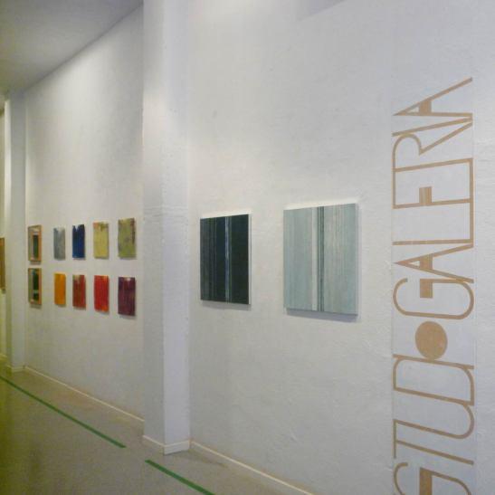 vista de la sala con Serigrafías sobre aluminio y grabados de la serie Fragmentos al fondo