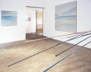 vista de la sala principal | móvil turquesa-naranja | pintura, 95 x 95 cm / 180 x 180 cm
