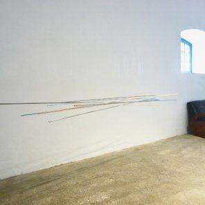 vista de la exposición   móvil turquesa-naranja   275 x 140 x 60 cm