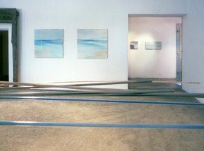 vista de la exposición   móvil turquesa-naranja   pintura, 95 x 95 cm / 35 x 35 cm