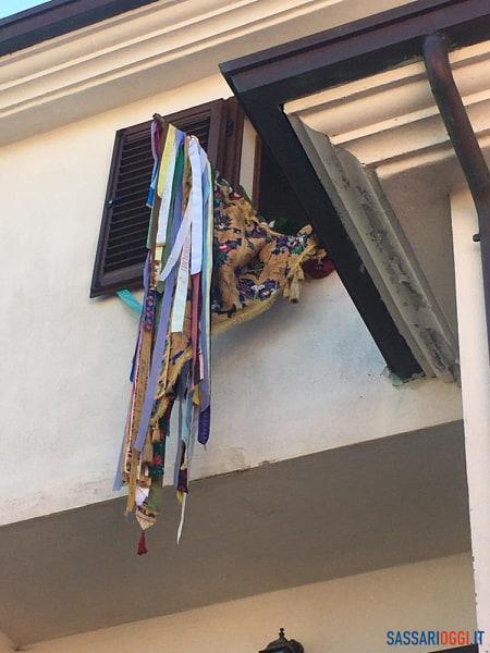 Bandiere votive fuori dalle case per Pasqua, la preghiera silenziosa di Pattada